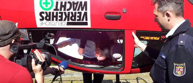 Ein Schüler der SP13a im Überschlag-Simulator, der sich nun in dieser Postion selbst von seinem Sitz lösen musste, um das Fahrzeug im gekippten Zustand verlassen zu können.