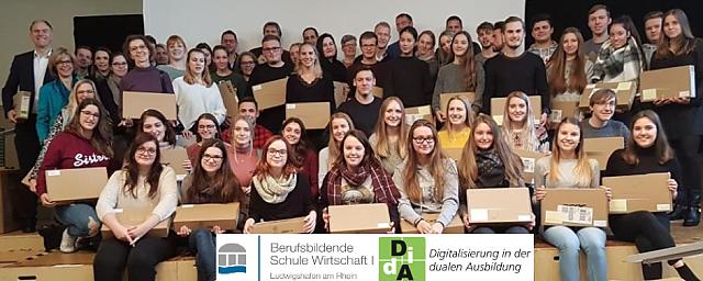 Ausgabe der ersten Rechner im Schuljahr 2018/19 an der BBS WI Ludwigshafen